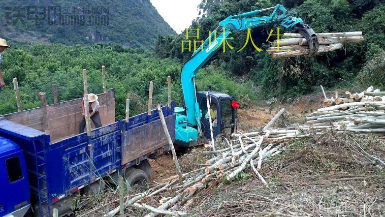 70和75小挖带抓木器装车