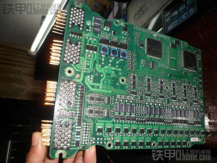 (4)压力传感器信号处理 压力传感器信号进来也是同占空比信号,直接就是数字信号,经过了HC14再经过几个限流电阻就直接奔CPU了,这块电路也很简单,前后泵压力传感器都是一样的。 简单四个方面,其实把这块板已经基本吃透了,因为这块板的很多电路都是一样的,只分析清楚一路就不用分析别的了。原理都分析清楚了,维修的话就是顺藤摸瓜的技巧了,对于有心人,我相信能给他很大帮助,方向性的引导才是最重要的。如果你贪得无厌,不尊重我的劳动果实,那我就不理你了,你个大坏蛋!