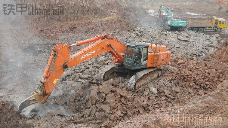 重庆长寿日立470挖机 钩石头现场(视频) 两台破碎锤瞬间下岗