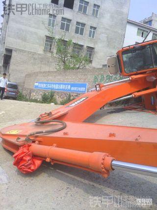 新买的斗山DH225LC-9挖掘机下板时翻车了
