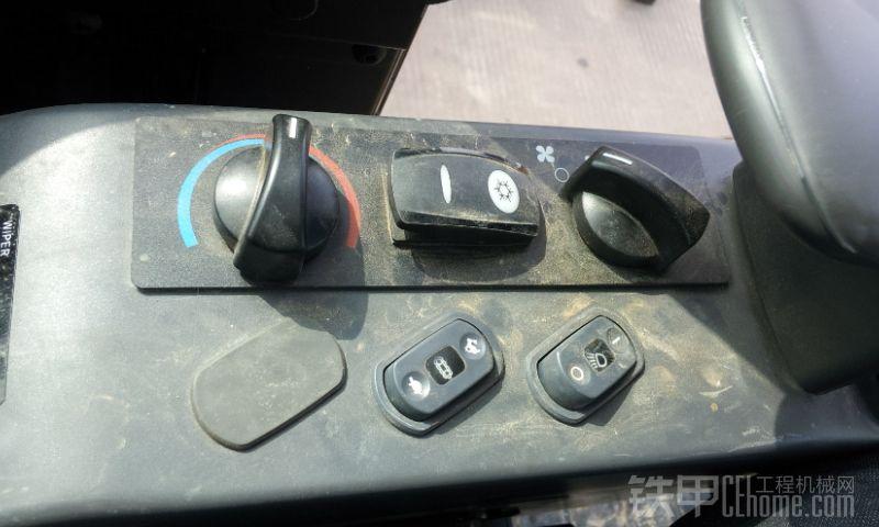 再来个305.5的铭牌三台车的照片在一块有点晕了,到此为止,总结一下吧: 1、306和307的发动机一样,306和305.5的液压泵基本差不多,多路阀好像都不一样。 2、306和307都是电控油门,305.5是手拉油门。 3、306行走高低速是在驾驶室地板上脚踏的那种,307和305.5是电控开关的。 4、斗容,307-0.