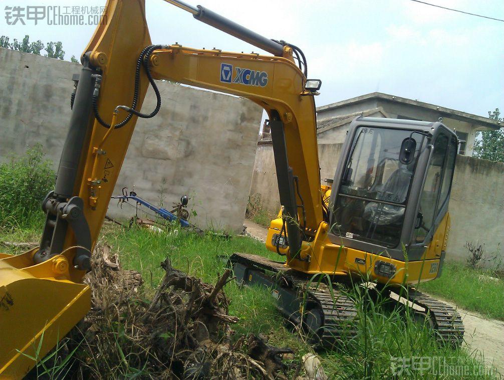 这台挖机老板是2012年7月20日买的,首付6万,月供好像9000多,一共32万左右吧。 挖机到家一直是我开,到现在已经3500小时,一直在江苏连云港灌南县城干活,工地活也干,农村杂活也做。什么活都做,拆房子、挖基础、整场地、掏过桩、挖树根、下水道 、下过塘、下过车。 优点:油耗低,转速1300就能混时间1600转不超过30块钱,行走有力但是跑的慢,有吸油泵方便缺点:洋马发动机噪声大,配重不好,动作不柔和,复合动作容易点头,挖斗斗齿容易掉,旋转不快,大臂提升和翻斗子慢等等