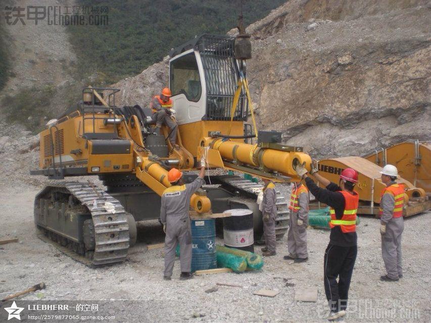 利勃海尔挖掘机 维修现场