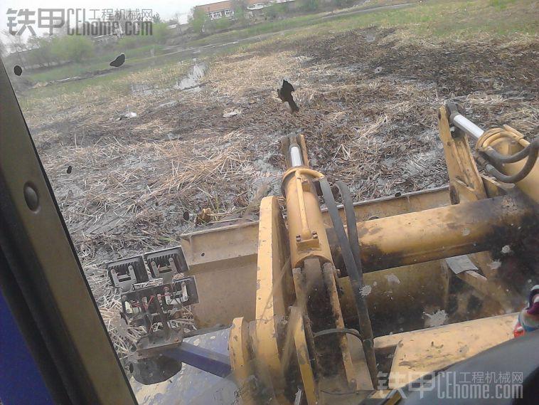 龙工挖鱼池----供大家参考,怎样面对鱼塘清淤与水中铲土技巧