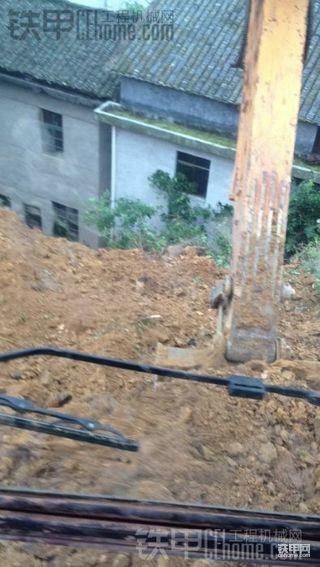 天天下雨 乳此胸险 现代R225LC-7屋后抢险