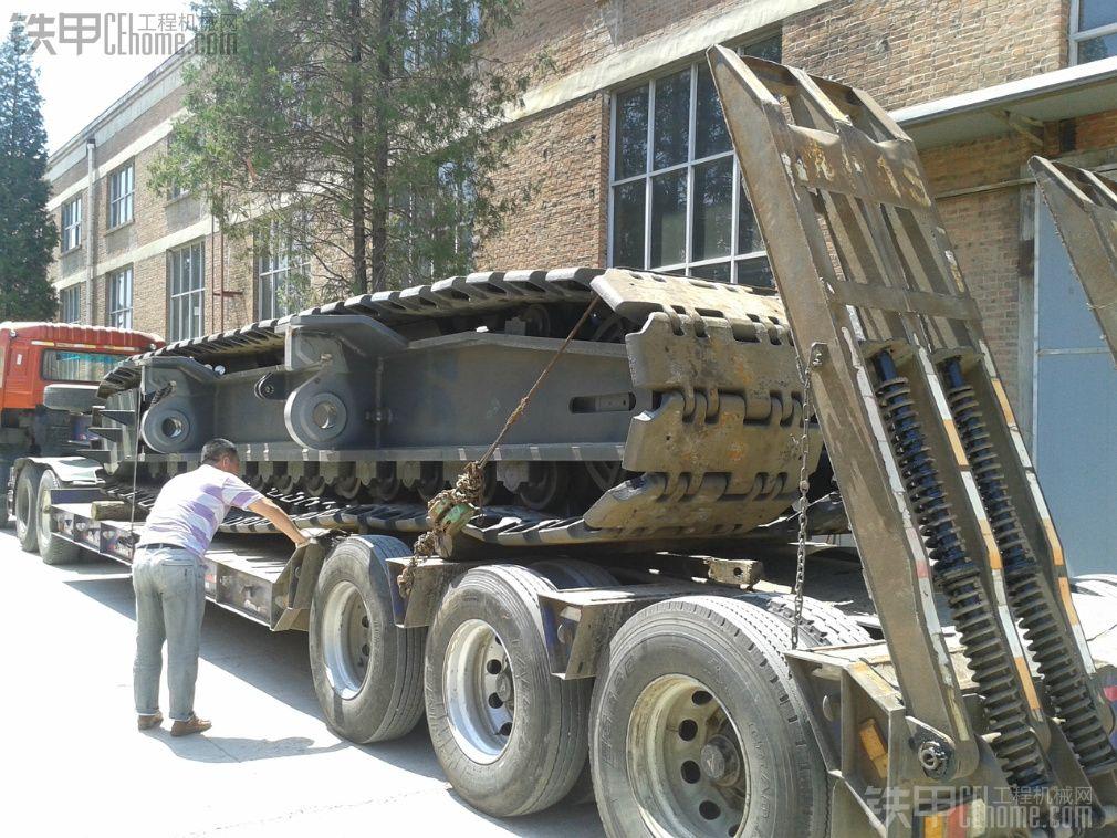 工地开工,150吨履带吊机进场