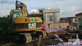 看我CAT卡特311CU挖掘机,从楼上干掉两层楼房。。