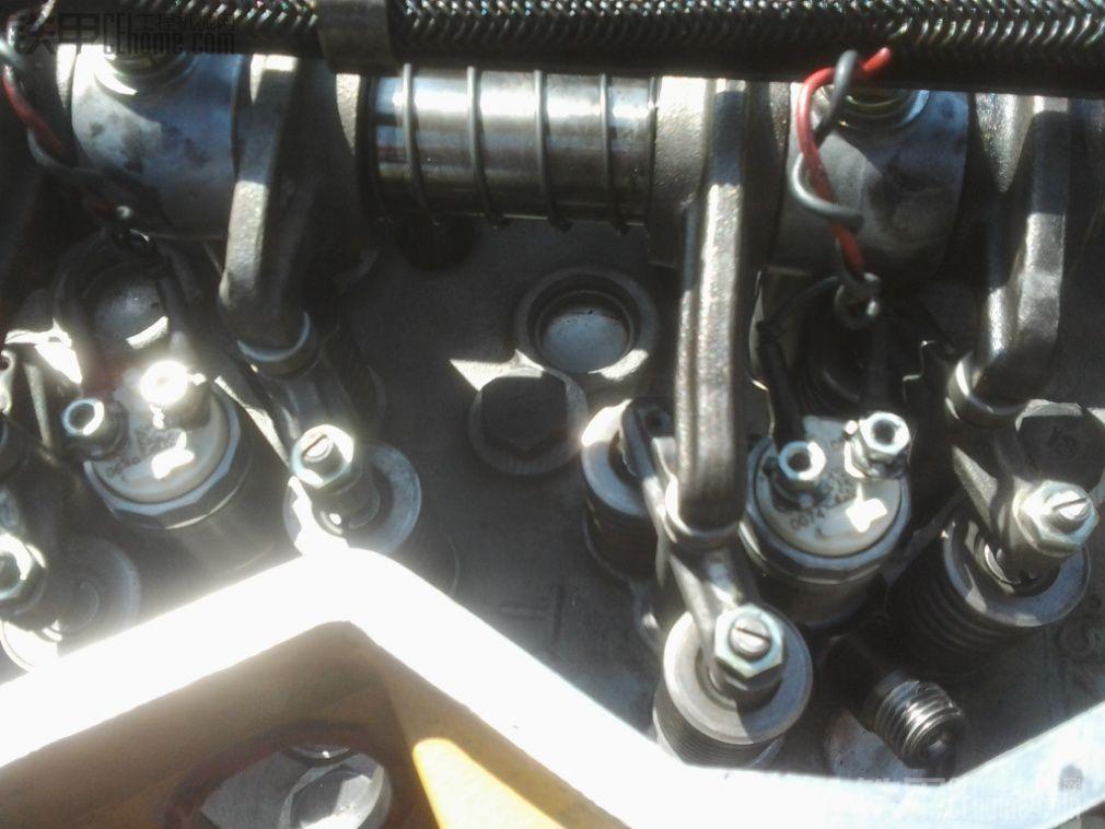 朋友的卡特320D挖掘机2013年夏天大修过,由于用的配件质量不好,不到半年发动机不好启动,后来就用启动灵强行启动,最后无论怎么弄也不着火了,只好大修。 配件价格: (一)四配套13500元,大小瓦.止推片2400元。排进气门220元*24个。气门导管90元*24个.气门座圈144元*24个.凸轮轴瓦一组336元。大修包3360元。胶150元*2.