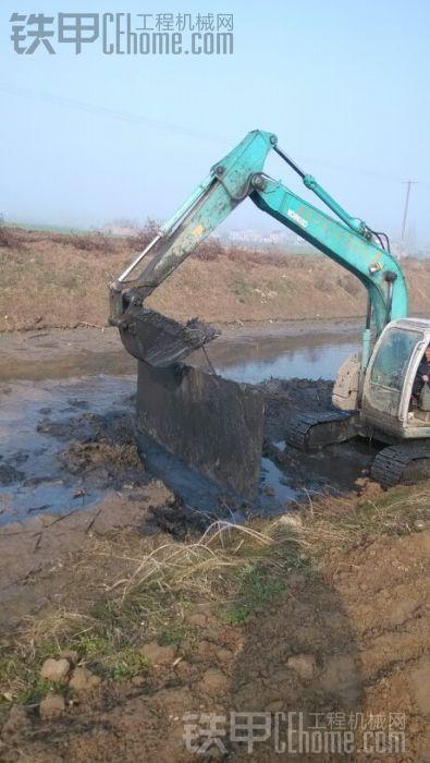 老师傅带铁板挖淤泥
