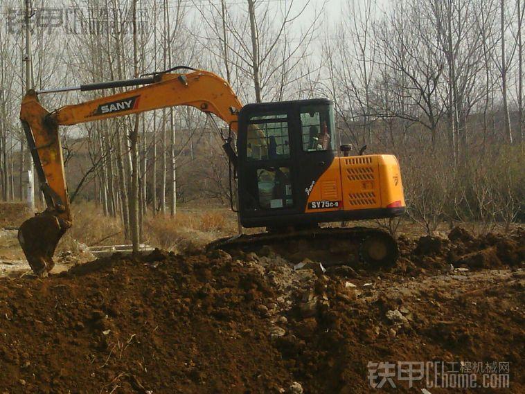 新买三一75挖掘机液压泵总是渗液压油图片