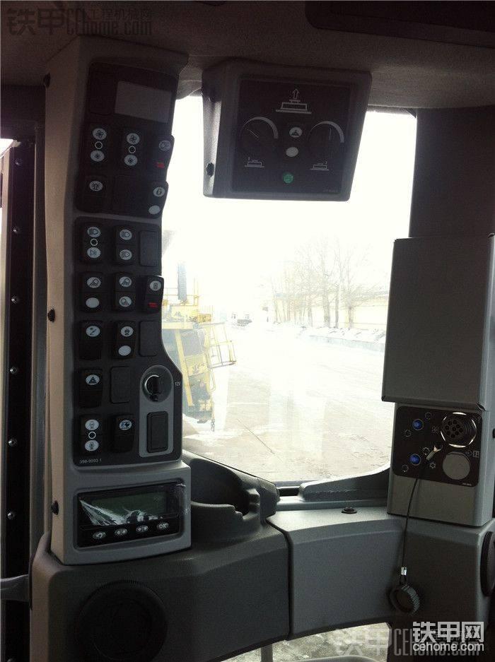 CAT 24M平地机 组装照(有驾驶室内部)
