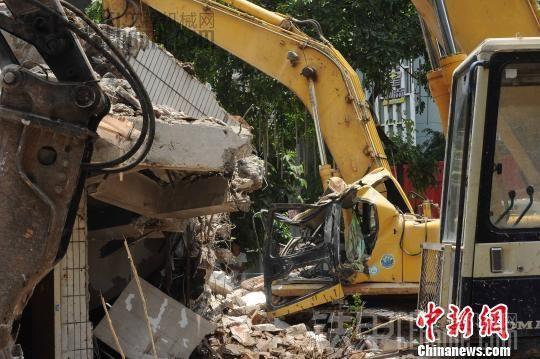 广州一拆除楼房坍塌,司机师傅一路走好