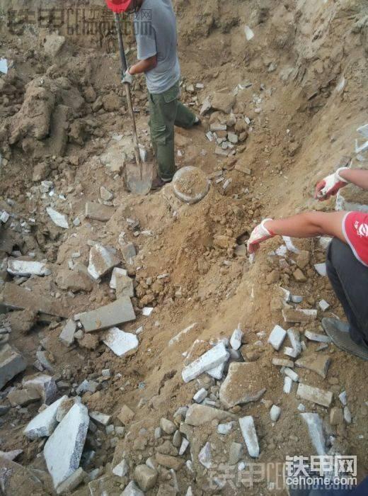 挖掘机挖了好大一个坑才看到锤头。