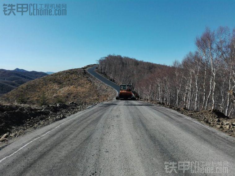 在大山里修路