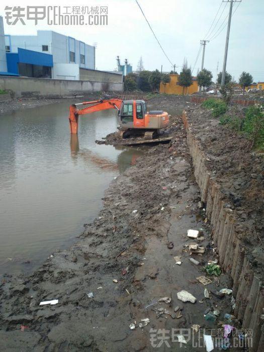 挖机在河里快漫了