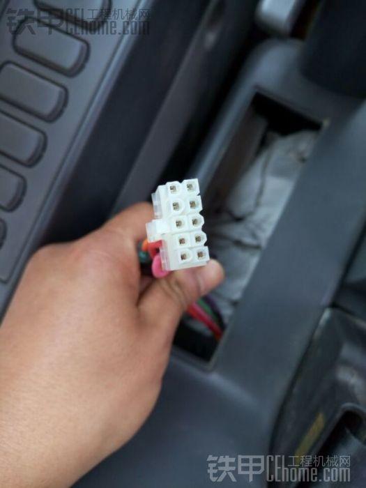 帮忙:卡特CAT挖机313/312D2型号新车收音机插头