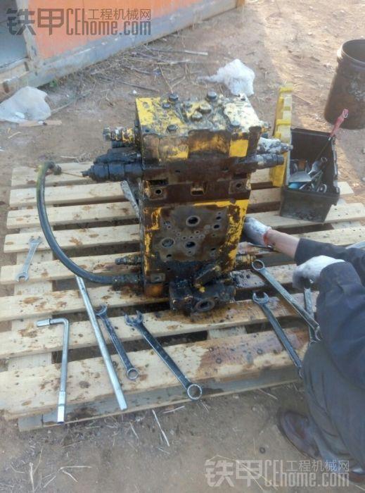 pc220-7分配器漏油