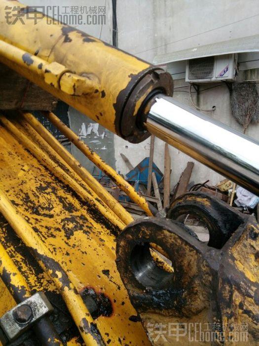 先把油缸全部伸回去,熄火,抬起油缸,油缸与大臂之间放一方木,目的是缸芯高于小臂, ...
