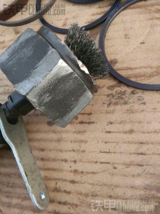 接下来把螺母里面的螺丝胶用钢丝刷清理一下,