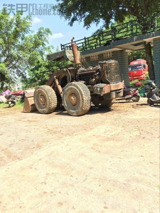 在柳州航银路看见柳工435铲车
