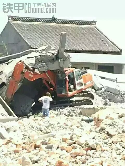 拆房挖机被房子塌了。