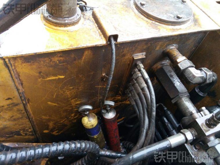 在说说特别的徐工油箱,液压油箱和柴油箱其实就是一个油箱,中间用铁板隔离开,后果就 ...