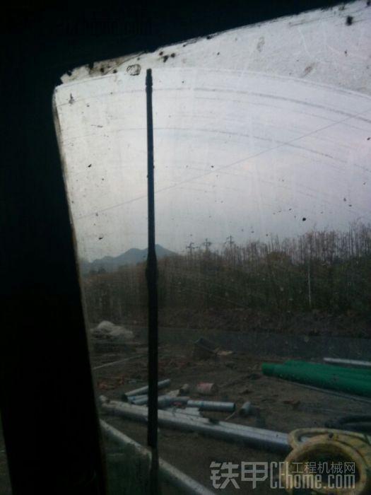 小松的雨刮可以挂掉玻璃的大部分面积,徐工只能挂掉小部分面积小松的速度快,徐工的速 ...