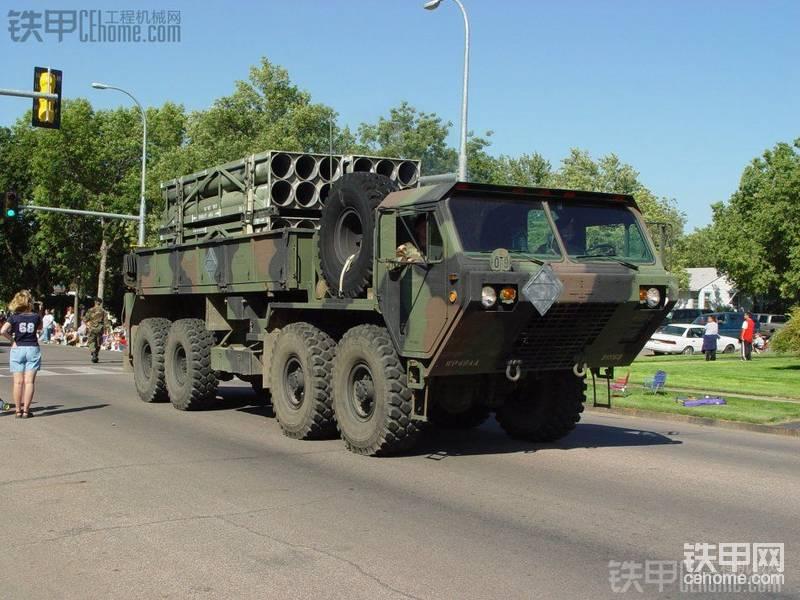 OSHKOSHHEMTTM985军卡带随车吊(沙漠涂装)