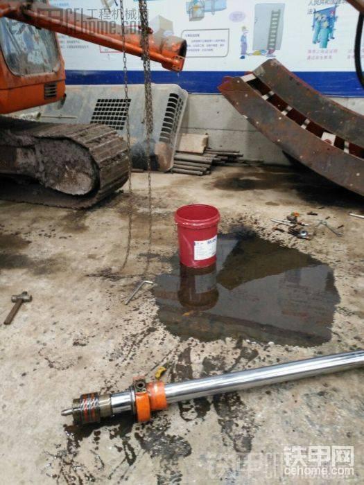 """这里我犯了一个错误,也是我疏忽了,我本应该在抽出活塞杆之前,先来回抽动一下活塞杆,把油缸里面的油都排出去,可惜没有那样去做,结果和我哥(就我2个人)抬出活塞杆的那一瞬间,缸桶内部的油撒了出来,地下的空桶没有接到,撒了满地的液压油<img class=""""smiley"""" src=""""/img/smiley/default/sweat.gif""""><img class=""""smiley"""" src=""""/img/smiley/default/sweat.gif"""">"""