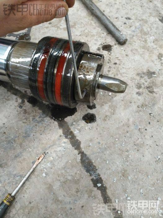 先拆掉这个小小的安全螺丝钉,4内六角扳手