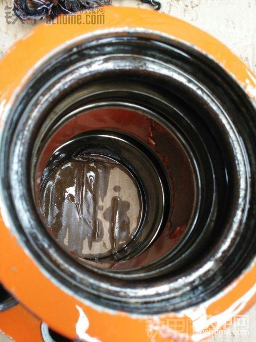 清洗干净一看,才发现杯士还真的有点损伤了,唉,算了吧!下次再换,开始装油封吧!