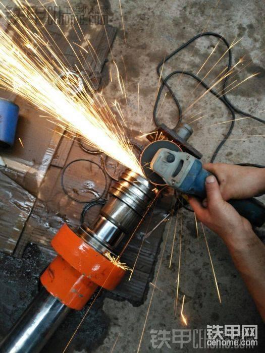 接下来就用角磨机切掉4个焊点,小锤子轻轻一敲就掉了。