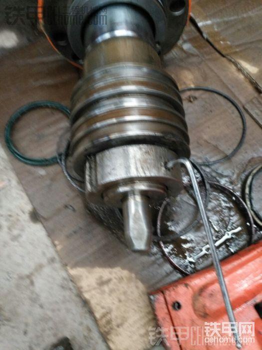 把安全螺丝钉旋进去后,大螺母倒是不会松动了,但是我不放心啊!万一这个螺母在以后掉了出来,打坏油缸事小,万一铁渣损坏液压系统那就完蛋了。