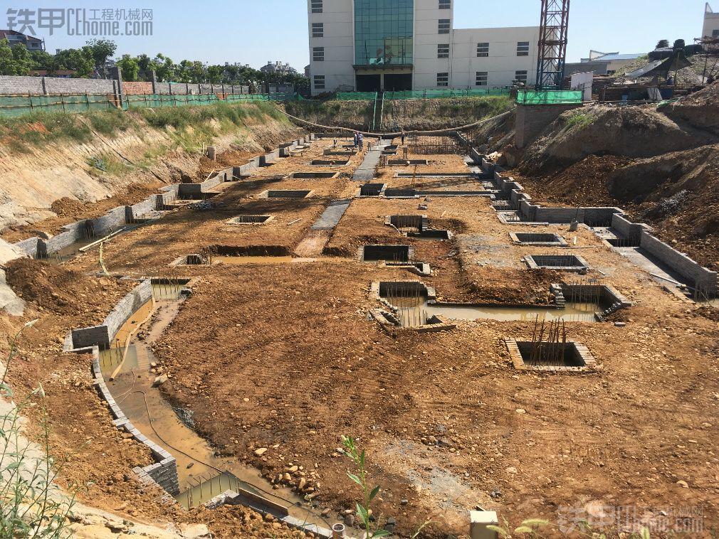 开了七年挖机第一次干这个活————掏基础桩和负一楼整平 大师们来指点一下