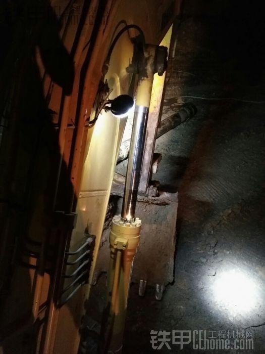 这盏晚上可以看到右边履带的情况,