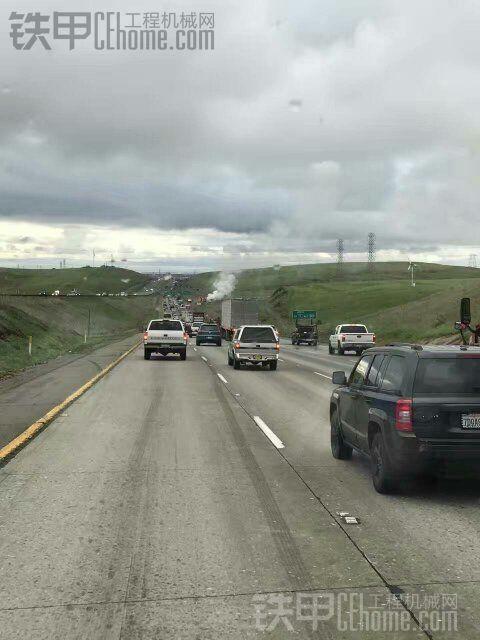 刚刚发生在美国加州高速公路上的!