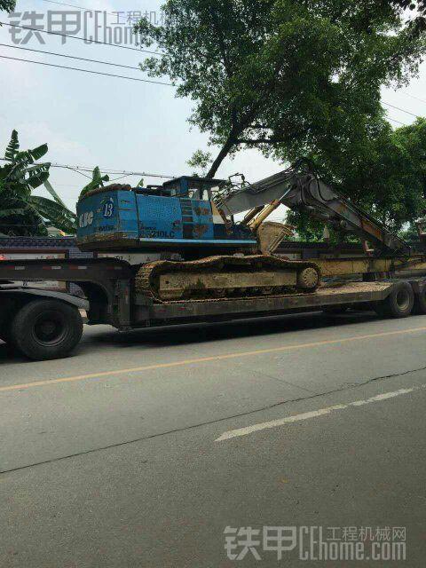 偶遇两台拖板车运输挖掘机