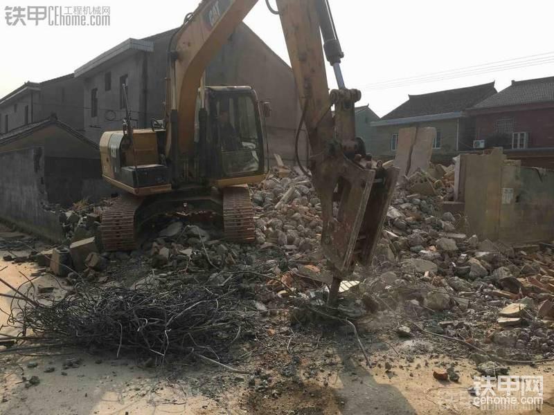 卡特312挖机拆房子,装渣土。