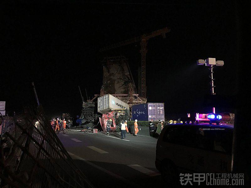 突发!龙岩在建高架桥砸中厦蓉高速2挂车,现场一片狼藉!