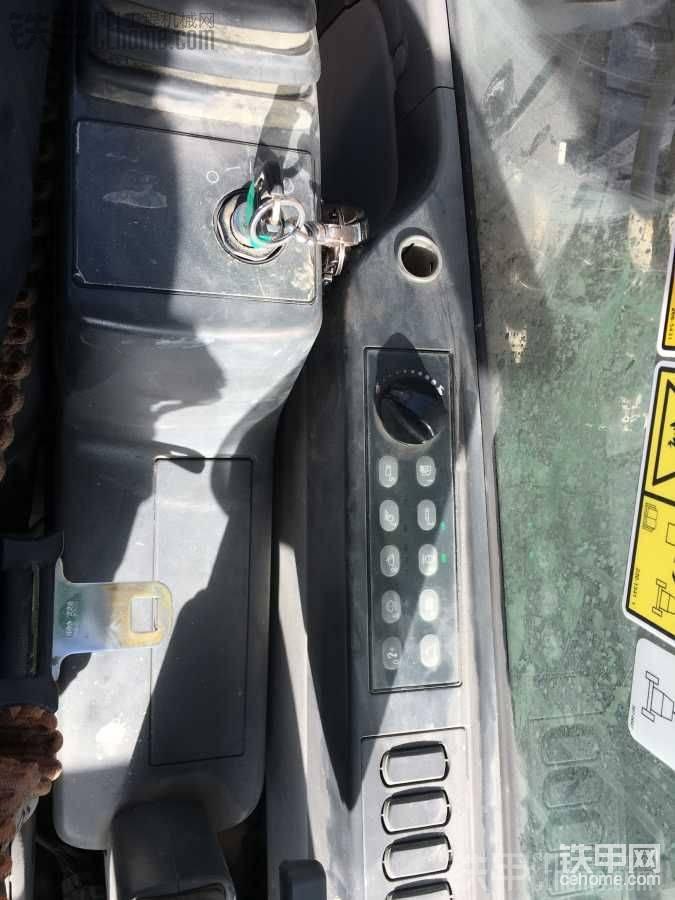 有安全带卡扣  进口车好像都有  坡地作业还是系上好