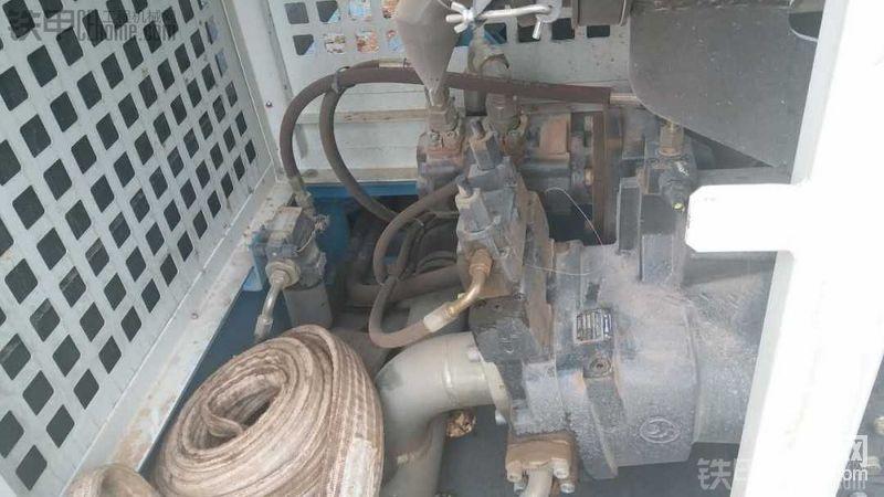 主泵旁边是双联先导泵,后边那个金属杯子就是先导滤芯