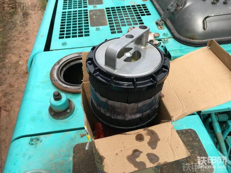天气差有活干不了 师徒2合力换神钢200挖机全车液压油图片