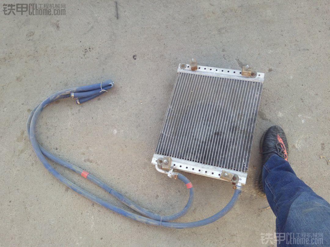 这是我从汽配城买的散热器,其实这是某些车的空调蒸发器。大小自己选择。