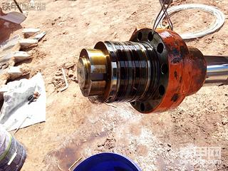 斗山225-7换铲斗油缸芯。