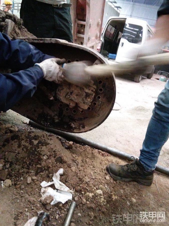 螺丝拆卸完毕,就用个棒子顶这马达壳,然后用大锤敲几下