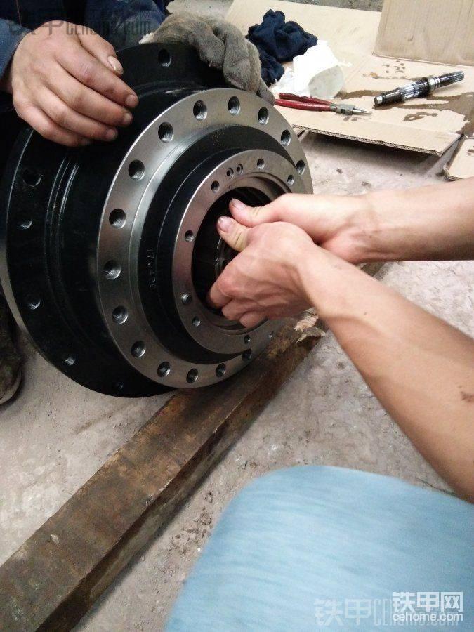 装泵胆的时候,为了防止柱塞会掉出来,所以把减速机放倒,这样装就不会掉出来了