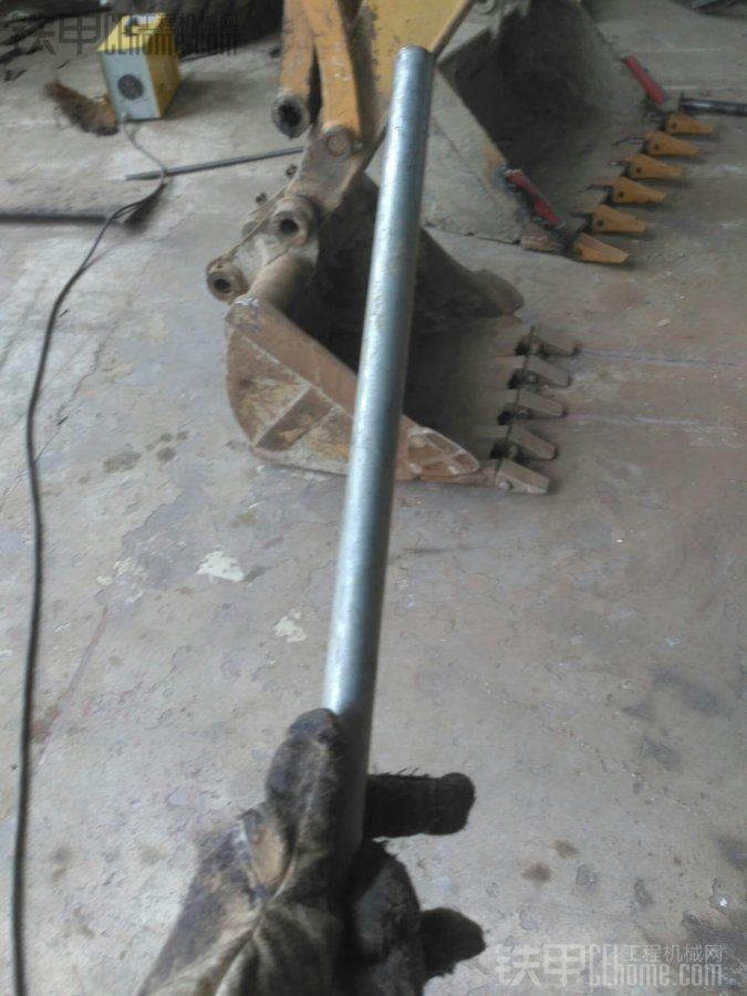 准备一根铁管,小挖机就细些,大挖机工地的钢管就可以了。