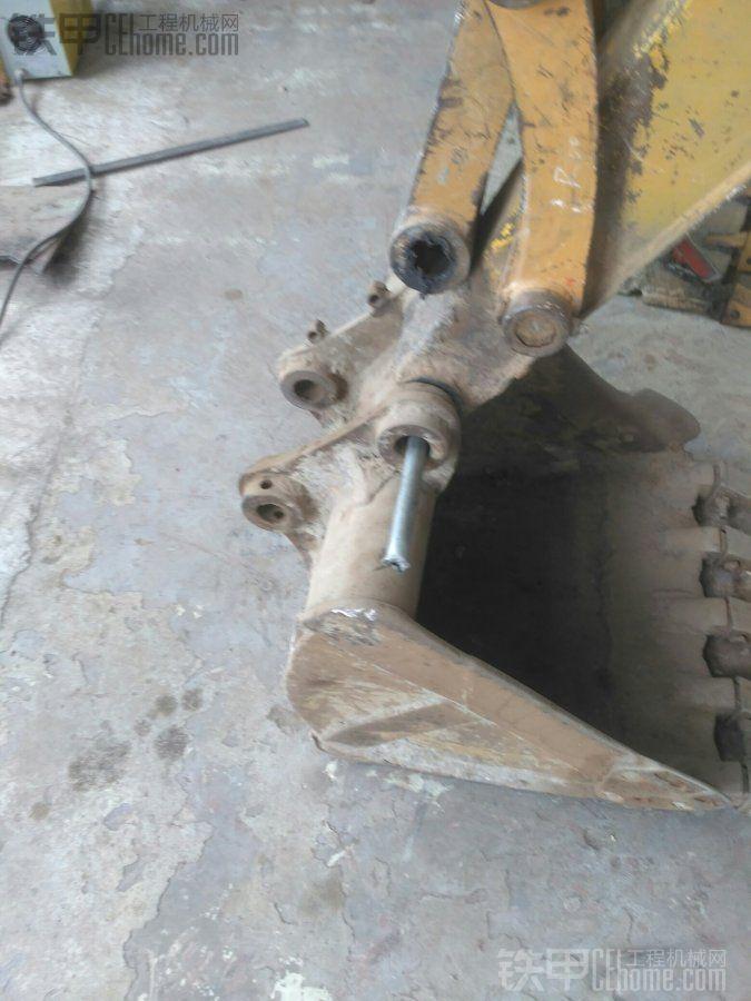 把铁管穿进去,然后把铲斗提起来,离开地面。
