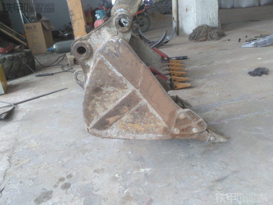 铲斗离地后小臂往前伸出,铲斗油缸伸出对到连杆跟斗耳孔差不多齐可以穿轴了,有点偏差不要紧,因为斗子离地的可以晃动。