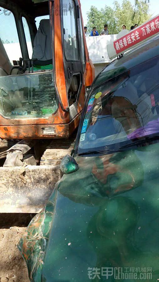 出大事了,出租车飞起撞挖掘机